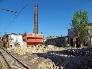 """Железнодорожники зачистили руины одесского завода """"Краян"""" и уже ночью запустят закрытый ранее путь"""