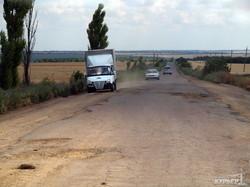 """В один из райцентров Одесской области ведет исключительно """"убитая"""" дорога (ФОТО)"""