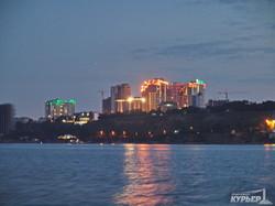 Вечерняя Одесса: вид с моря на маяк, Ланжерон и высотки (ФОТО, ВИДЕО)