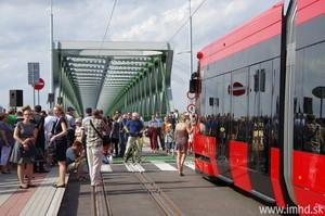 В столице Словакии запустили новую линию трамвая по обновленному Старому мосту через Дунай (ФОТО)