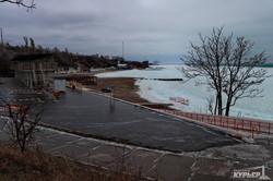 Черное море у берегов Одессы покрылось льдом и штормит (ФОТО)