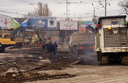 Перекрытая одесская Пересыпь: субботние пробки и разборка рельсов