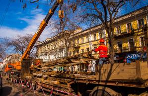 Центр Одессы разворотили: на улице Преображенской снимают рельсы (ФОТО)