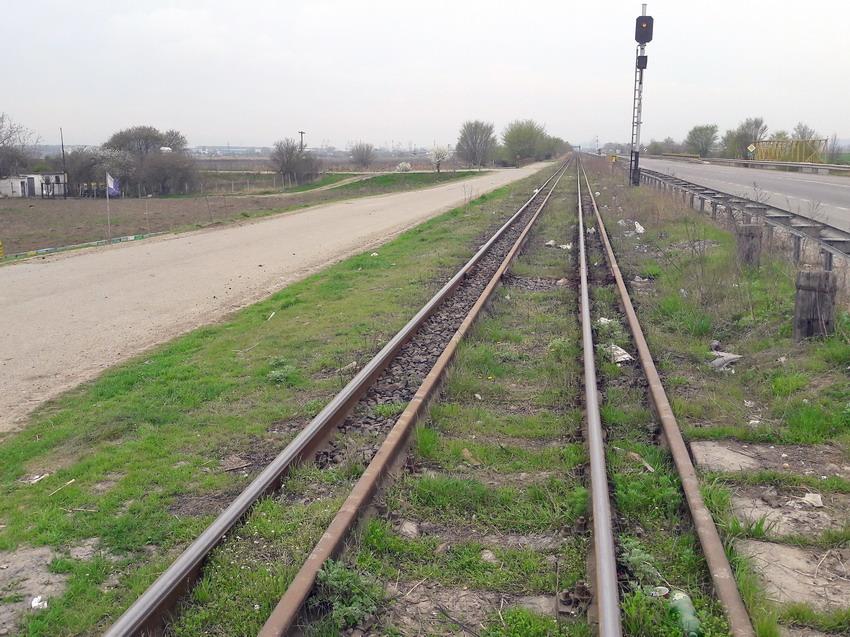 Совмещенный путь между Галацем и Джурджулештами. Путь колеи 1435 мм заржавел и не используется, по пути 1520 мм ходят поезда