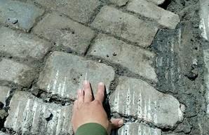 В Одессе еще на одной улице центра города нашли старинную мостовую под асфальтом (ФОТО)