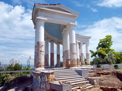 Реставрация Колоннады и Воронцовского дворца в Одессе: при СССР памятники архитектуры ремонтировали гранитными плитами с надгробий (ФОТО)
