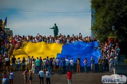 В Одессе развернули гигантский флаг Украины на Потемкинской лестнице (ФОТО)
