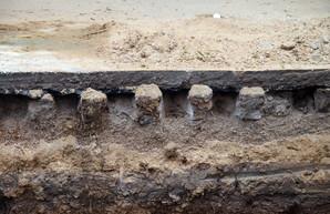 В Одессе во время ремонты теплотрассы на улице Базарной нашлась старинная мостовая (ФОТО)