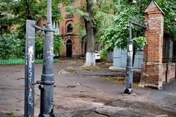 Уникальный двор в Одессе: с забором из орудийных стволов и крепостными башнями (ФОТО)