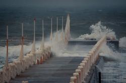 В Одессе море штормит, а пляжи заледенели (ФОТО)