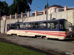 В Аркадию запустили трамвай, а конечную застелили искусственным газоном (ФОТО)
