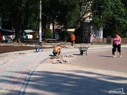 Реконструкция одесского Куликова поля: плитка и будущие клумбы между рельсами (ФОТО)