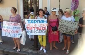 Жители центра Одессы протестуют против разрушения дома Руссова