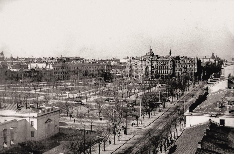 Соборная площадь, 1949 г., слева в углу - фрагмент уцелевшей после пожара  двухэтажной части дома Папудова. Собора уже нет, на его месте два фонтана,  ... 0e849a4fbce
