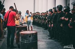 Силовики под одесской мэрией: бронежилеты, огонь и шины (ФОТО)