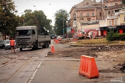 Реконструкция Тираспольской площади в Одессе: разобрали мостовую и режут рельсы (ФОТО)
