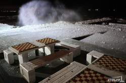 Ланжерон: одесситы купались в море ночью во льду и пене (ФОТО, ВИДЕО)