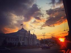 Красивая Одесса: заходящее солнце над вокзалом (ФОТО)
