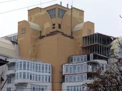 На Французском бульваре строят не предусмотренную проектом мансарду на высотке (ФОТО)