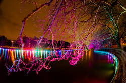 Парк Победы и его пруды украшены яркими огнями (ФОТО)