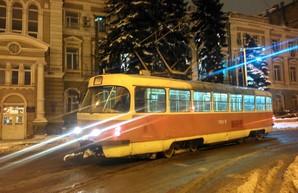 Часть улиц в Одессе затоплены, городской транспорт работает