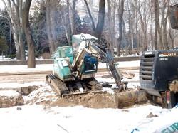 Теплотрассу на улице Канатной в Одессе ремонтируют даже в снег и мороз (ФОТО)