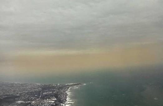 Туча с желтым снегом пришла в небо над Одессой с моря (ФОТО)