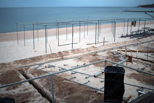 На одесском пляже начинают возводить фундамент летней площадки (ФОТО, обновлено)