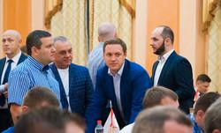 Сессия одесского горсовета: как депутаты обнимаются, смотрят в телефоны и фотографируются (ФОТО)