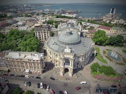 Вид сверху на Оперный театр и дом Навроцкого