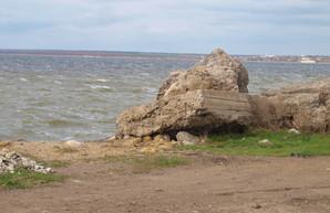 Недавно отремонтированная Хаджибеевская дамба снова течет