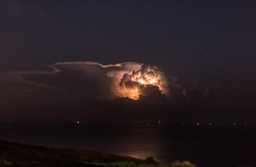 Опубликованы фото впечатляющей грозы над морем у берегов Одессы (ФОТО)