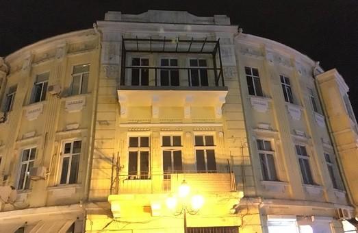 """Ещё один одесский памятник архитектуры """"украшают"""" балконом  (ФОТО)"""