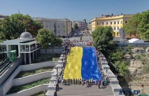 В Одессе развернули гигантский флаг Украины на Потемкинской лестнице