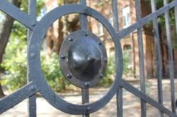 На ограде «пушечного забора» одесского артучилища установлены ворота (ФОТО)