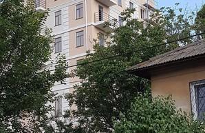 В Одессе посреди частного сектора возводится жилая многоэтажка (ФОТО)