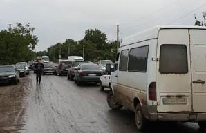 Жители Раздельнянского района шестой день блокируют аварийную дорогу