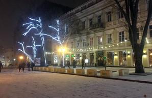 Одессу начинает заваливать снегом (ФОТО)