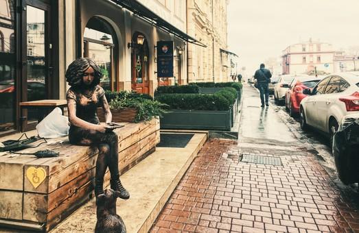 Девушка Марго и кот Вальтер: новая скульптурная композиция в Одессе (ФОТО)