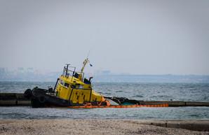 На одесском пляже уже больше двух недель валяется брошенный буксир (ФОТО)