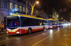 По Одессе проехал красочный парад новогодних троллейбусов