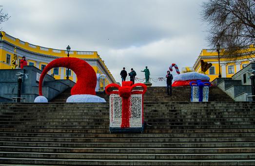 На Потёмкинской лестнице появились новогодние украшения (ФОТО)