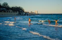 Как одесситы на пляжах Большого Фонтана устроили Крещенские купания (ФОТО)