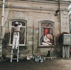 Девушка в окошке появилась в Одессе на улице Новосельского (ФОТО)