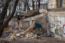 В Одессе коммунальщики разгребают гору мусора в Городском саду (ФОТО)