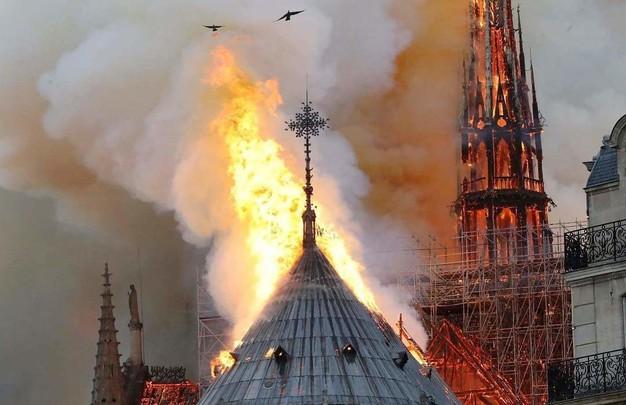 Сгорел Собор Парижской Богоматери (ФОТО)
