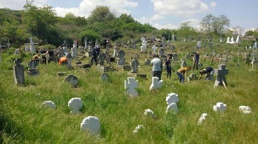 Одесситы провели благоустройство на самом старом казацком кладбище города (ФОТО)