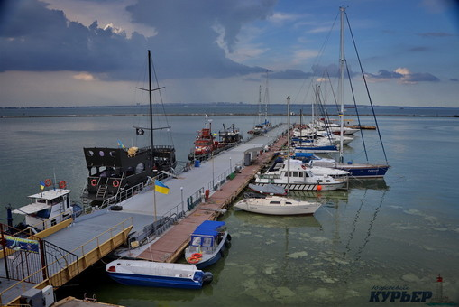 Море у побережья Одессы уже очищается от водорослей (ФОТО)