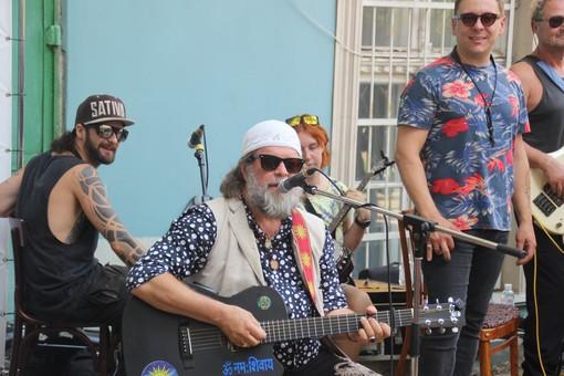 Борис Гребенщиков дал бесплатный концерт в одесском дворе