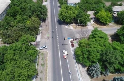 В Одесской области на трассе Одесса – Рени наносят пластиковую разметку и ремонтируют барьерные ограждения